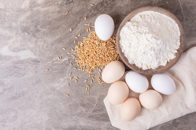 灰色の白いカップの卵。 無料写真