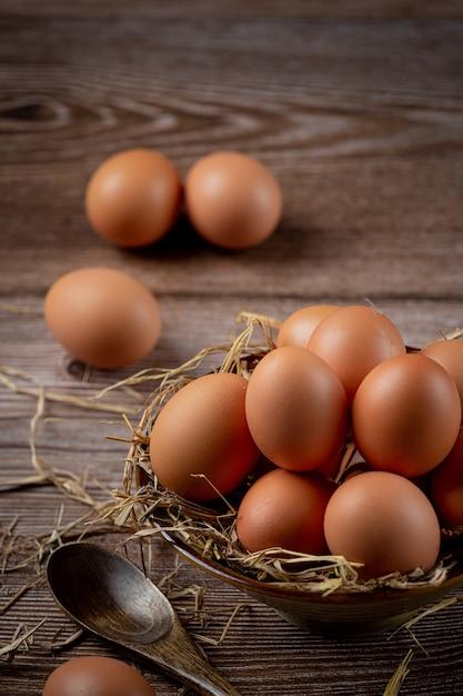 黄麻布の乾いた草でカップの卵。 無料写真