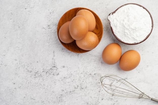 Яйца, мука из тапиоки в чашке и взбиватель. Бесплатные Фотографии