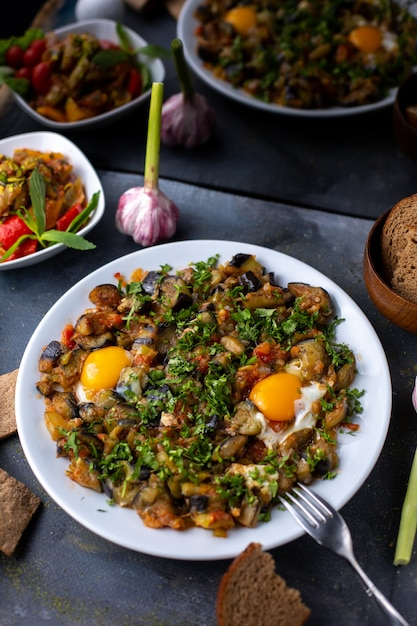 Яйца овощи приготовленные соленые перцы вместе с буханками хлеба на белой тарелке Бесплатные Фотографии