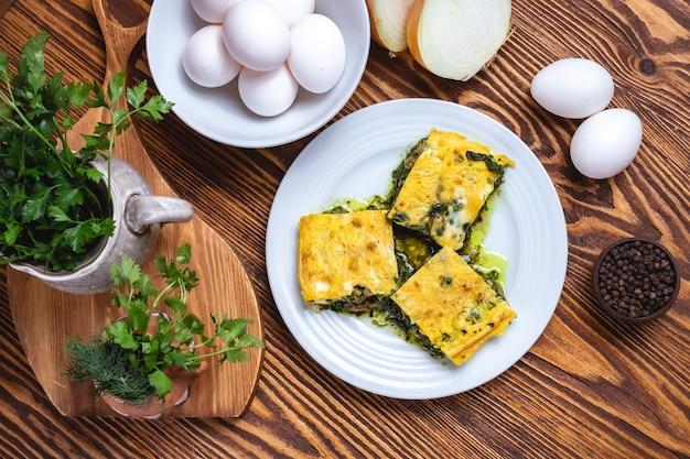 Яйца со шпинатом лук зелень специи вид сверху Бесплатные Фотографии