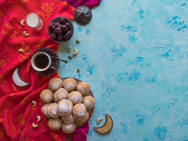 イードムスリムスイートカーク。ラマダンとeidのアラビアのお菓子。 Premium写真