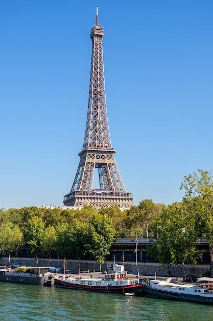 Эйфелева башня в полдень в париже Premium Фотографии