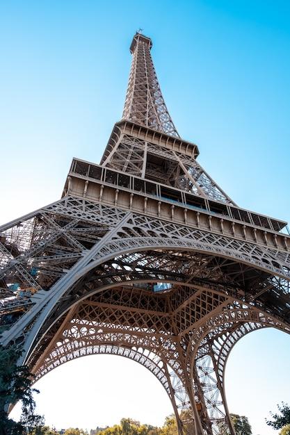 Эйфелева башня снизу Premium Фотографии