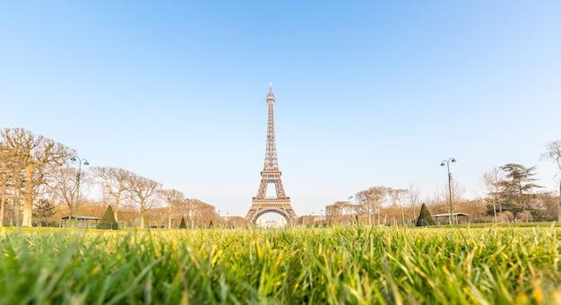 Eiffel tower garden spring paris Premium Photo