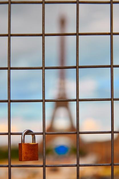 Eiffel tower and padlocks in trocadero paris Premium Photo