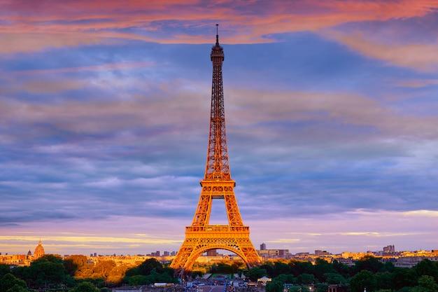 Eiffel tower at sunset paris france Premium Photo