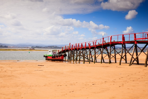El puntalビーチの桟橋の眺め Premium写真
