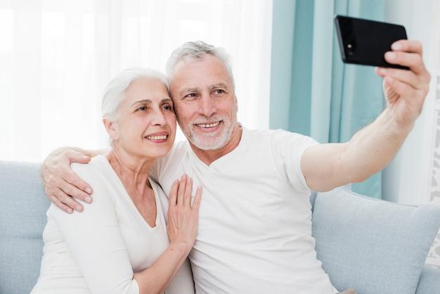 Coppia di anziani facendo un selfie Foto Gratuite