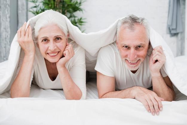 年配のカップルが写真にポーズ 無料写真