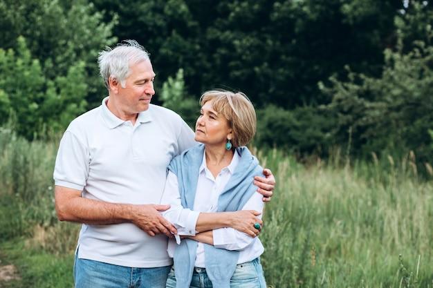 Пожилая пара гуляет на природе Premium Фотографии