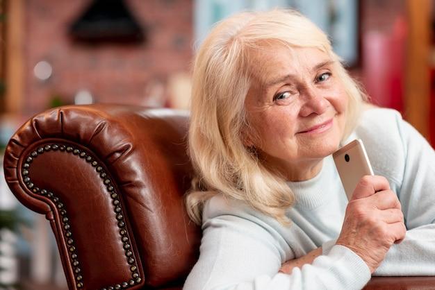 年配の女性が自宅でモバイル 無料写真
