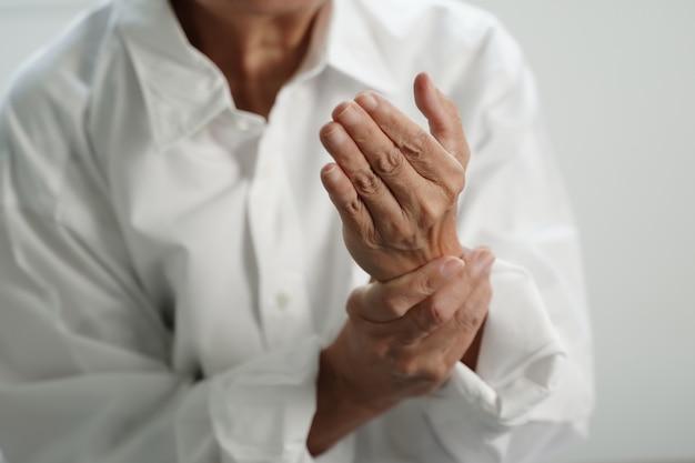 Пожилая женщина страдает от боли от ревматоидного артрита Premium Фотографии