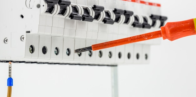Электрические машины, переключатели, изолированные на белом, крупный план, подключить кабель маркера к устройству с помощью красной отвертки Бесплатные Фотографии
