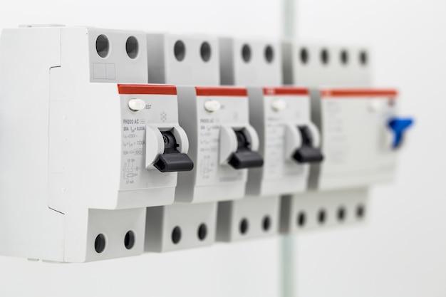 Электрические машины, выключатели, изолированные на белом, закрыть Бесплатные Фотографии