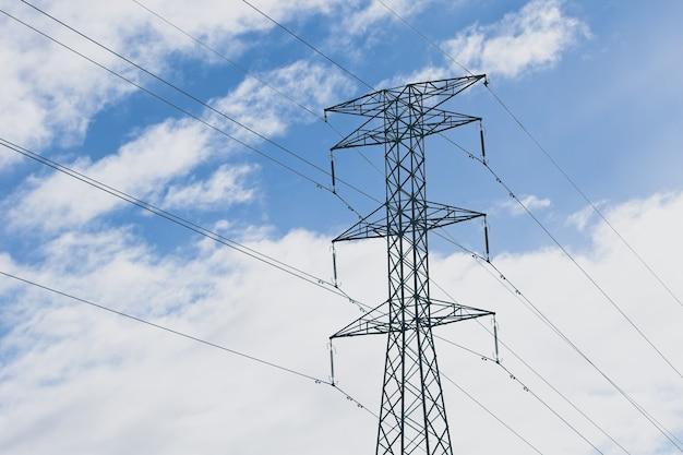 Tow4er elettrico con un cielo nuvoloso blu Foto Gratuite