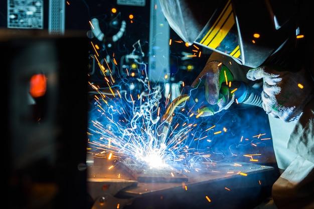 Электросварщик работает с аргоном Premium Фотографии