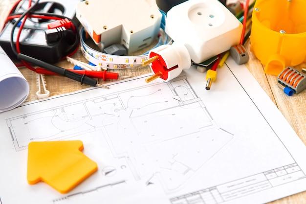 Инструменты для ремонта электрики в доме. выборочный фокус. строить планы Premium Фотографии