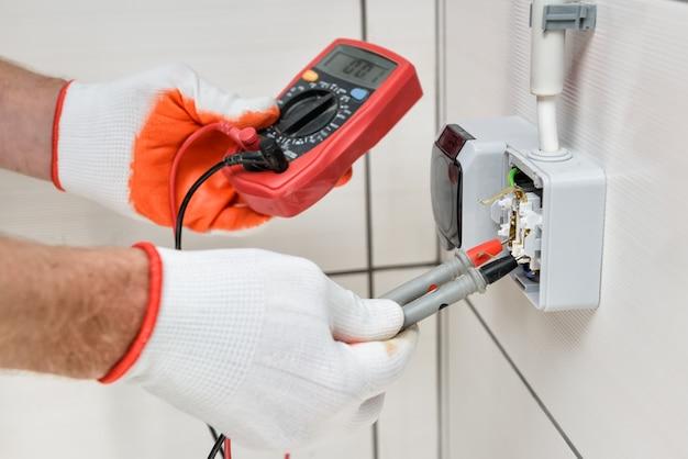 Электромонтажные работы в помещении. Premium Фотографии