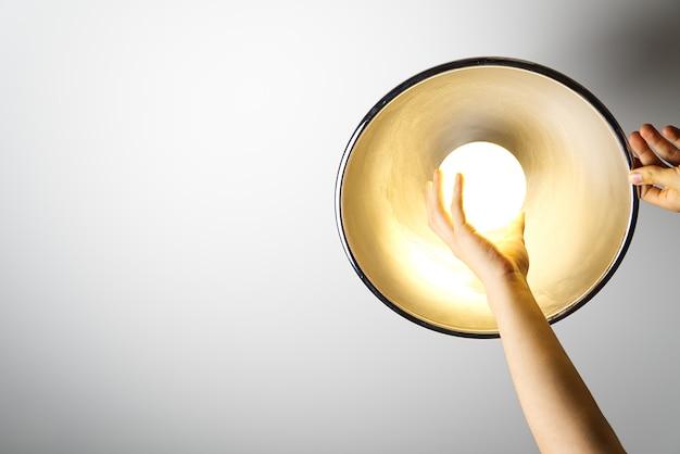 Электрик закончил монтаж потолочного светильника Premium Фотографии