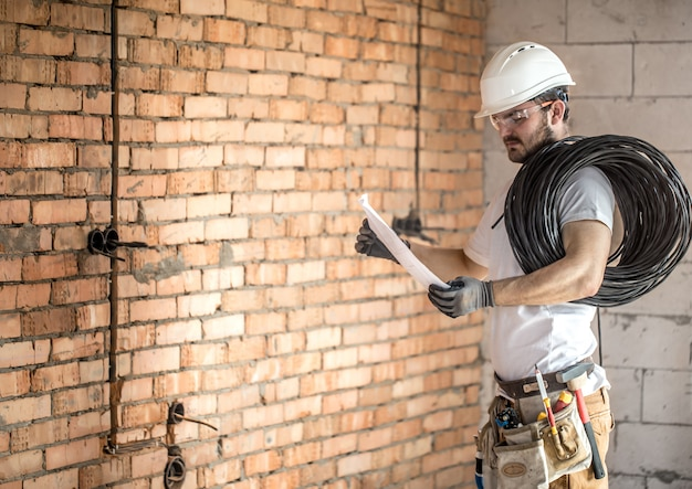 electrician-with-construction-tools-looking-drawings-construction-site-repair-handyman_169016-5.jpg (626×443)