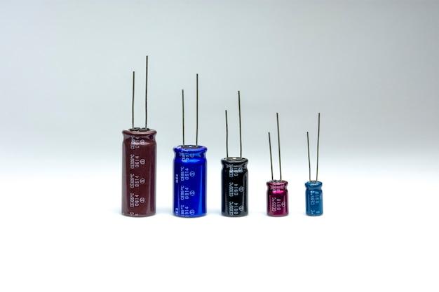 Электролитический конденсатор с различными размерами Premium Фотографии
