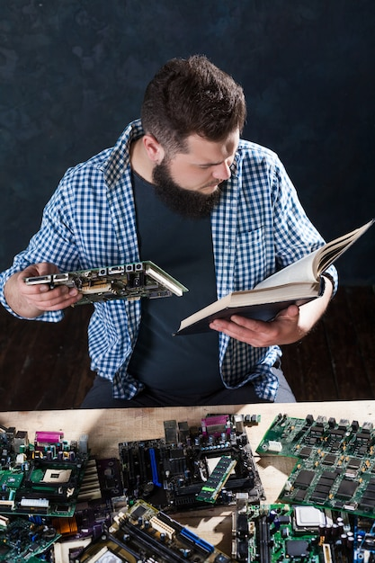 Electronic devices repairing and diagnostic techs Premium Photo