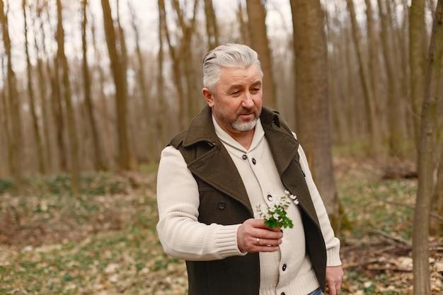 Elegante uomo adulto in una foresta di primavera Foto Gratuite