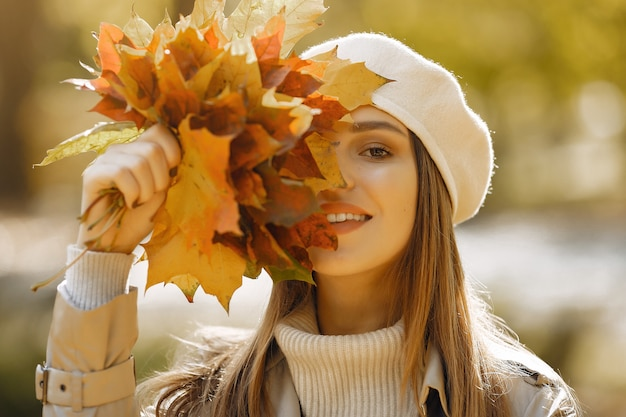 Элегантная и стильная девушка в осеннем парке Бесплатные Фотографии