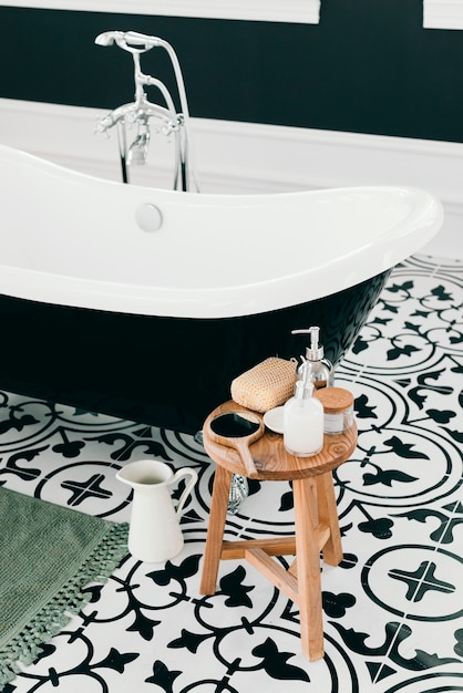 Elegant bathtub with bath elements Free Photo