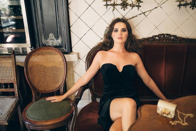 검은 벨벳 드레스, 이브닝 가운, 풍부한 세련된 숙녀, 우아한 패션 트렌드, 섹시한 모습의 빈티지 카페에 앉아 우아한 아름다운 여인 무료 사진