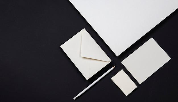 Элегантные черно-белые визитки и конверты Premium Фотографии