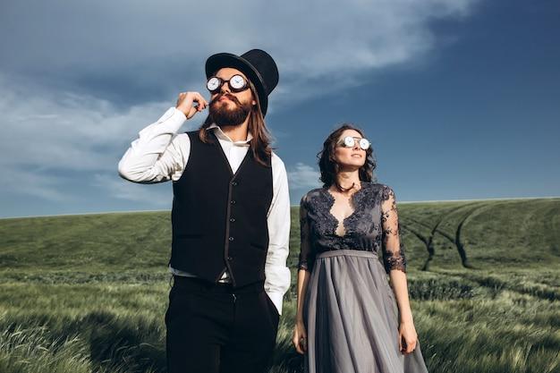 우아한 신부 및 신랑 산책과 그린 필드에 포즈 프리미엄 사진