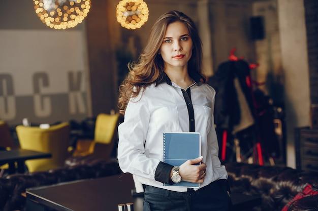 Элегантная девушка бизнес с ноутбуком Бесплатные Фотографии
