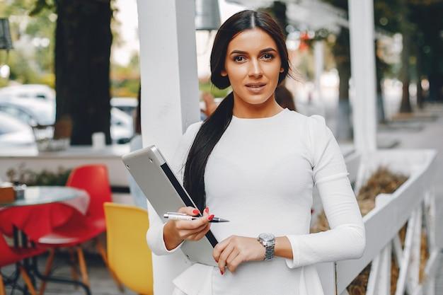 Elegant businesswoman in a summer city Free Photo