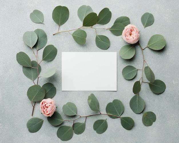 빈 카드와 함께 우아한 개념 나뭇잎과 장미 프레임 무료 사진