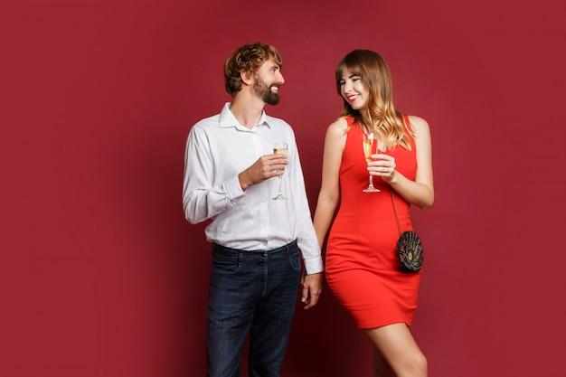 Элегантная влюбленная пара позирует в модной элегантной одежде Бесплатные Фотографии