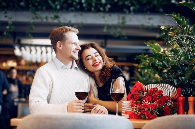 Элегантная пара проводит время в ресторане Бесплатные Фотографии