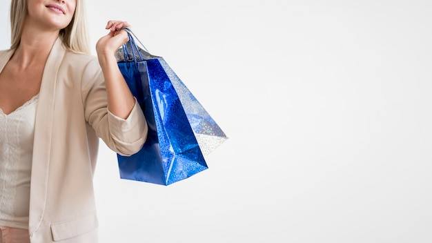Sacchetti della spesa di trasporto femminili eleganti con lo spazio della copia Foto Gratuite
