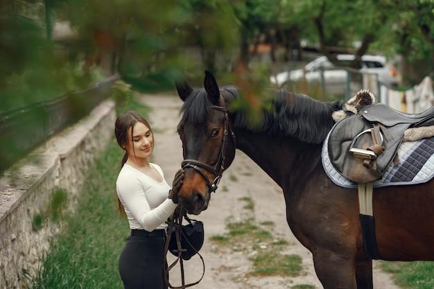 Элегантная девушка на ферме с лошадью Бесплатные Фотографии