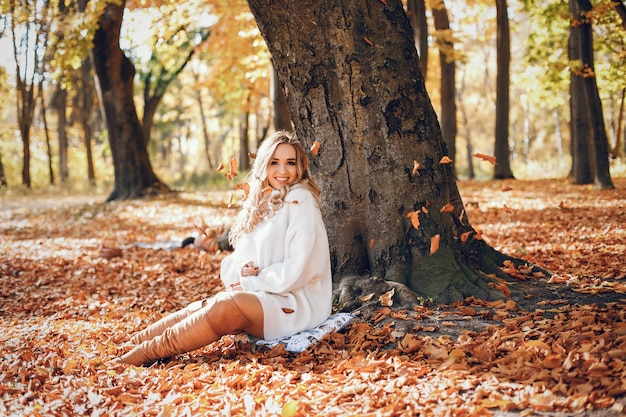 Elegant girl in a sunny autumn park Free Photo