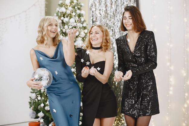 Элегантные дамы возле елки. женщины в элегантной одежде. Бесплатные Фотографии