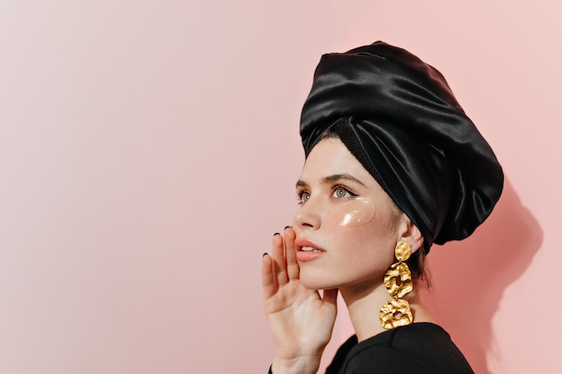 Elegant lady in turban using eye patches Free Photo