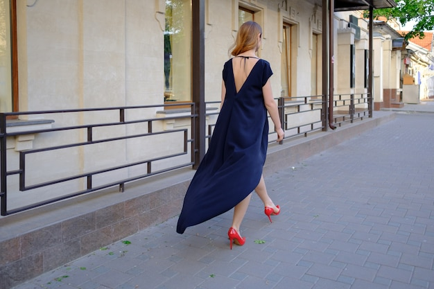 Elegant lady walking alone in the street Free Photo