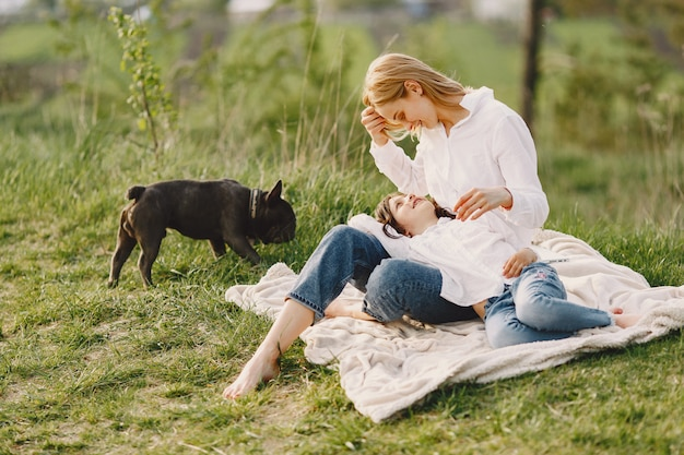 Элегантная мама с дочерью в летнем лесу Бесплатные Фотографии