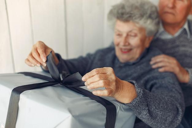 aankondiging zwangerschap grootouders cadeau uitpakken. opa en oma cadeau