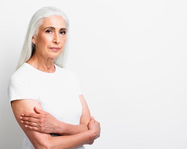 腕を組んでエレガントな年配の女性 無料写真