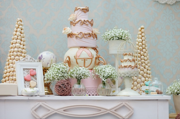 Elegant sweet table with big cake and macaroon on dinner or event party Premium Photo