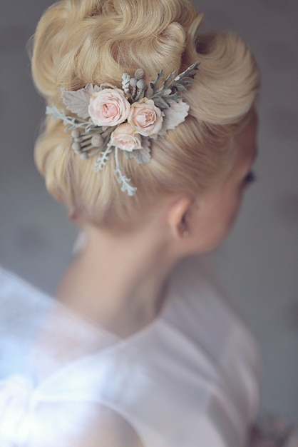 Elegant wedding hairstyle for the bride blond blonde hair with accessories hairpins Premium Photo