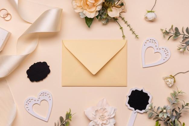 Elegante invito a nozze sul tavolo Foto Gratuite